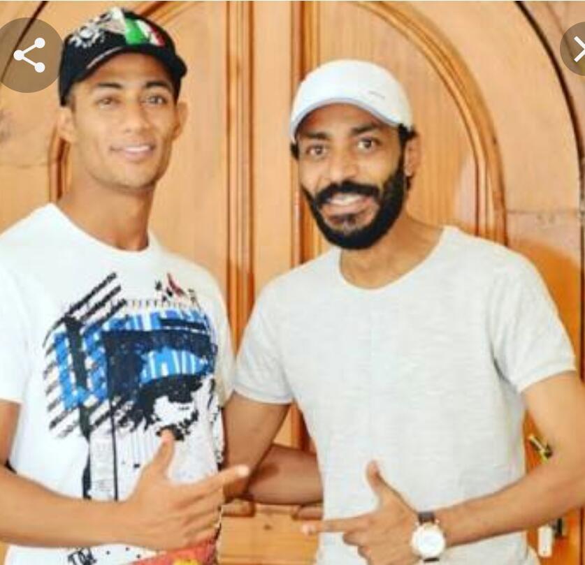 محمود رمضان مع شقيقه في كواليس مسلسل البرنس