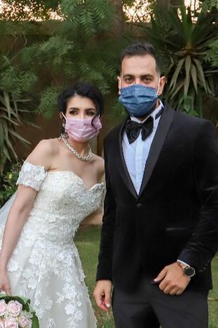 اول عروسين في مصر  يرتدو الكمامات بزى الزفاف