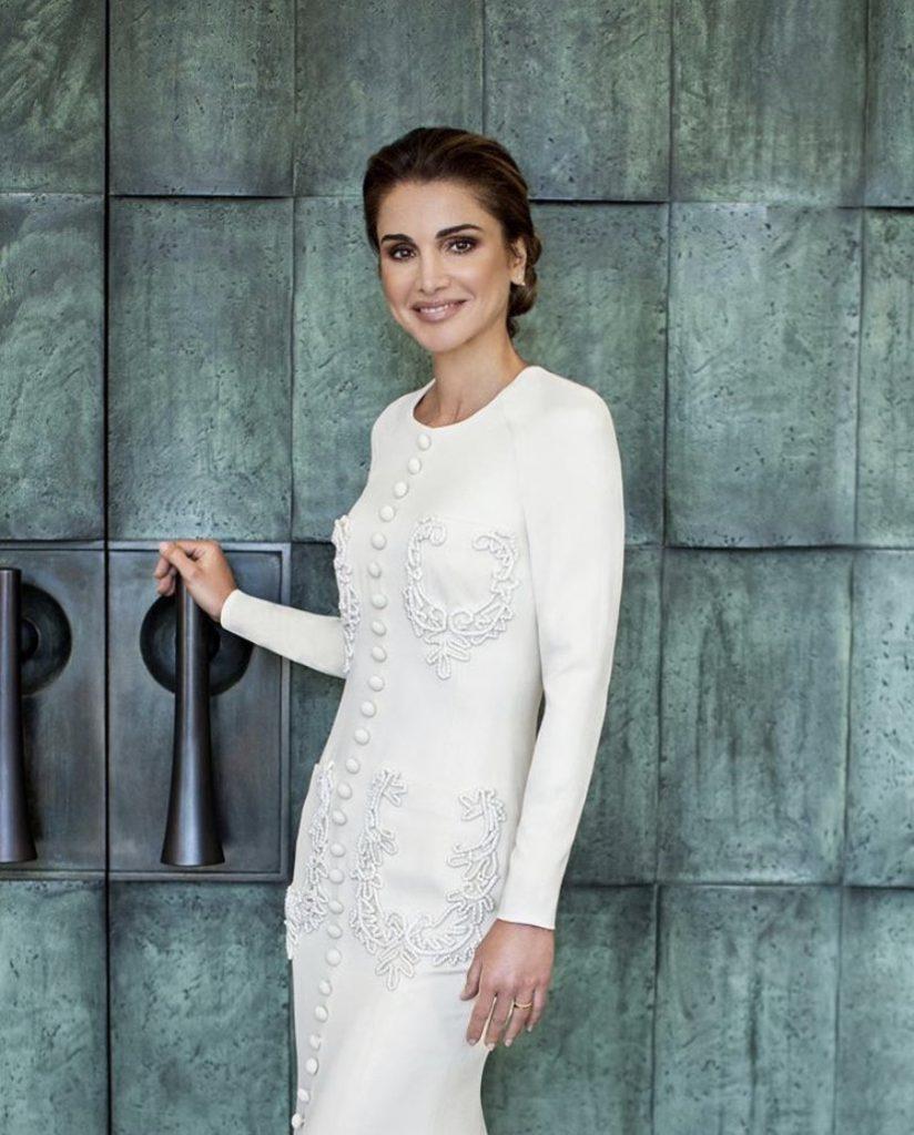 جلالة الملكة رانيا ملكة الأردن ترتدي استوديو المصمم السعودي آشي في صور عيد ميلاد جديدة