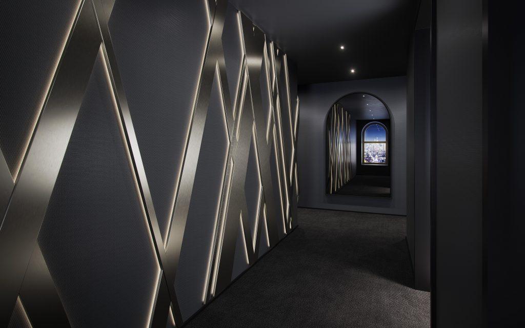 توفر غرفة المعيشة إمكانية الوصول المباشر إلى الرواق الخارجي لتمزج بذلك بين المساحات الداخلية والخارجية، وتمثل إحدى وسائل الراحة النادرة في مدينة نيويورك