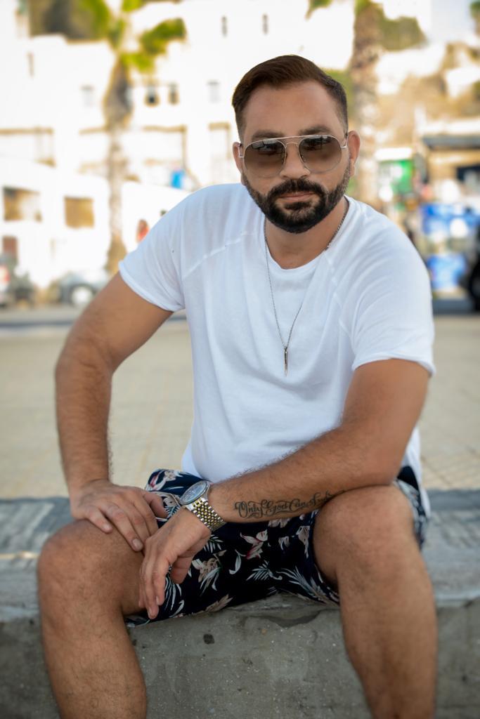طارق درويش تعاونه مع الفريق المحترف الذي قدم معه الأغنية بشكل أكثر من رائع