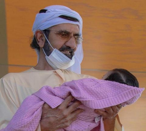 الشيخ محمد بن راشد في صورة مع حفيدته حديثة الولادة