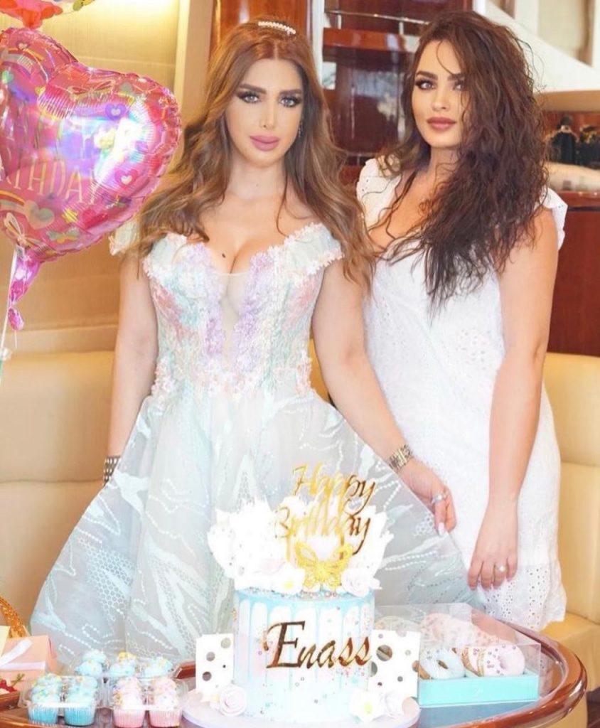 حرص الأصدقاء المقربون لـ إيناس على الإحتفال معها وعلى رأسهم شقيقتها الفاشون بلوجر
