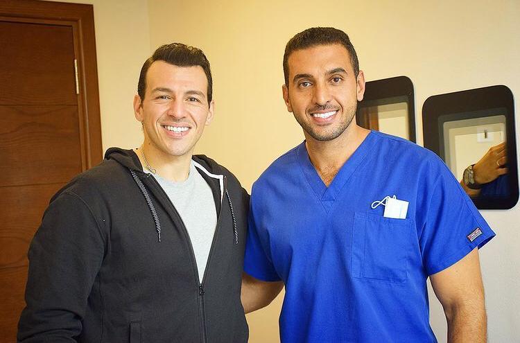 """طبيب الأسنان مصطفى أسامة : """"هوليود سمايل"""" هدفها تجميل الأسنان وهؤلاء نجوم عيادتي"""