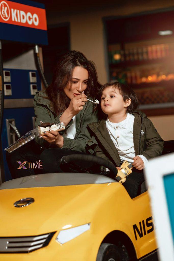 """فى سياق متصل ظهرت ساندى ، برفقة ابنها الوحيد راين وهى تقوم بإطعامة بأحدى الحلويات """"تشيز كيك"""""""