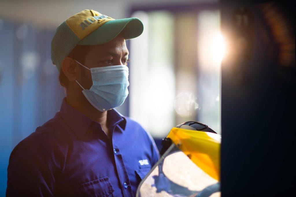 منعته الجائحة من حضور مولد ابنته؛ عامل بلدية دبي الذي قام بتعقيم الطرقات صائماً