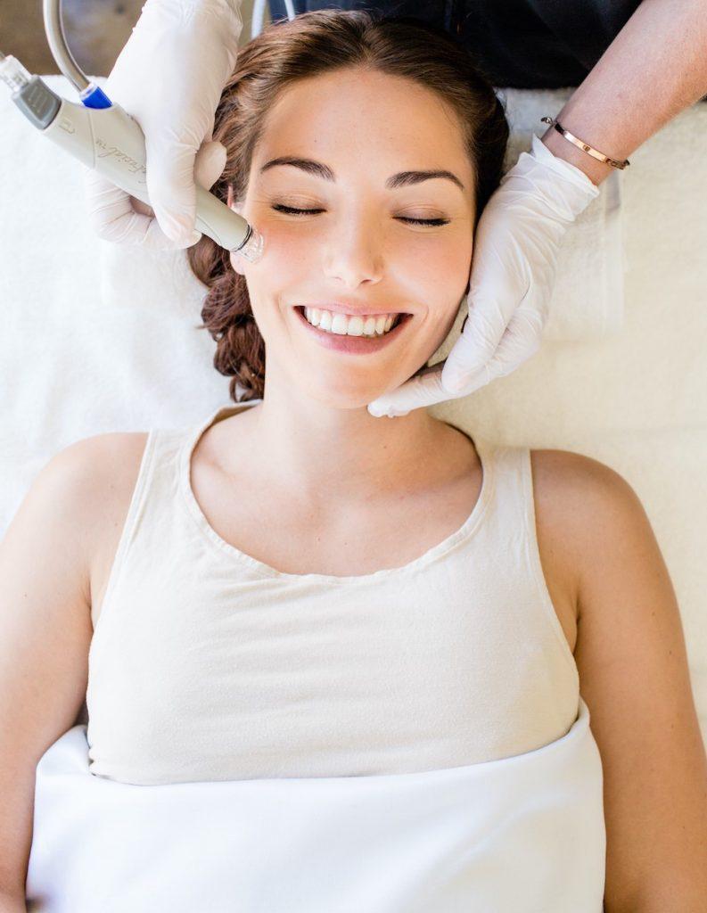 تمنح معالجة هيدرافيشل الأصلية بشرتك التجديد والشعور بالانتعاش والراحة والإطلالة المشرقة بدون نزع الزيوت الطبيعية منها