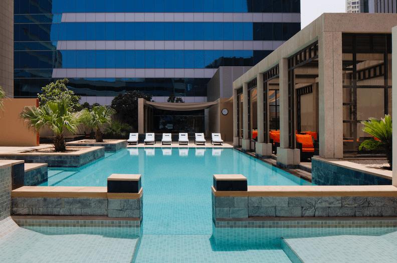 يضم الفندق 236 غرفة وجناح ومسكن بمساحات رحبة وإطلالات خلابة على أفق مدينة دبي المذهل