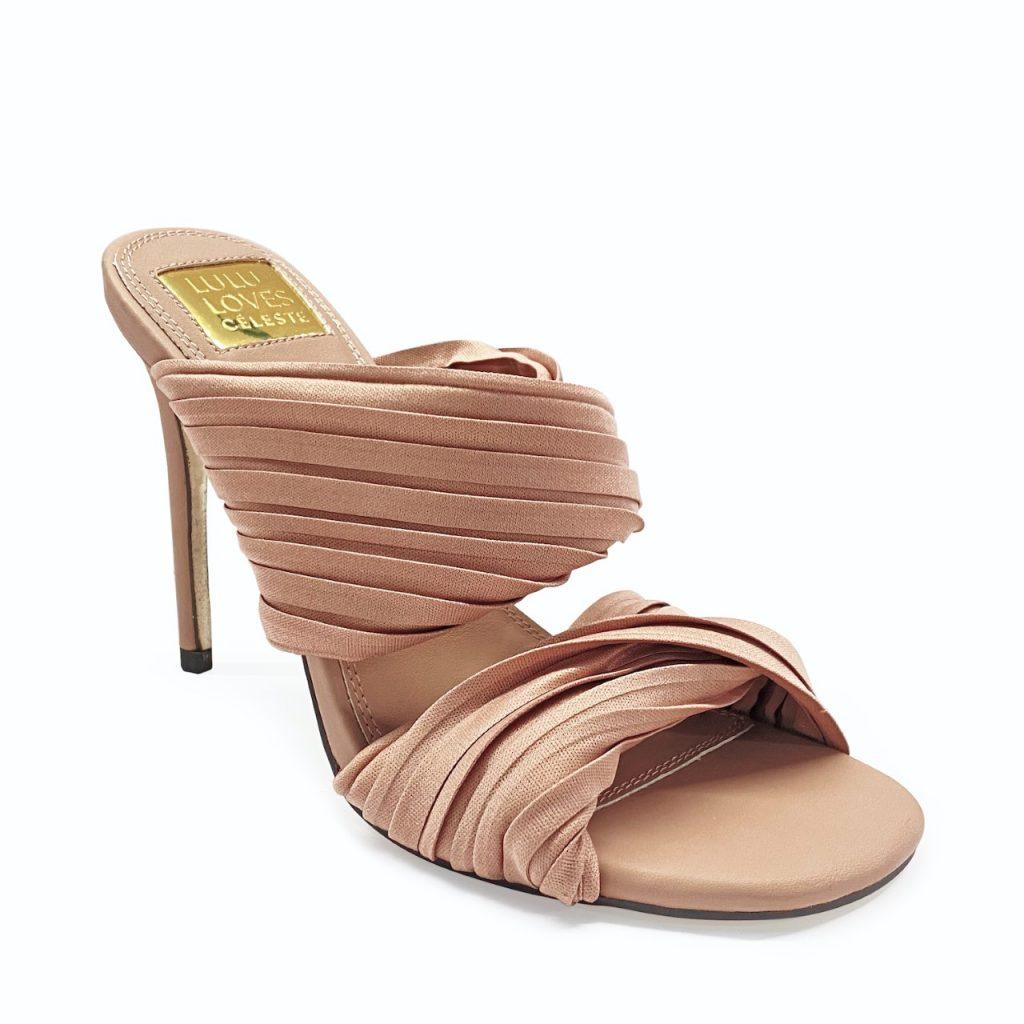 بخامات الساتان الفاخرة التي تتناسب مع مناسباتك الراقية وكذلك احتفالاتك المنزلية الهادئة بالإضافة إلى روعة التصميم، هذه الأحذية إضافة رائعة إلى خزانتك