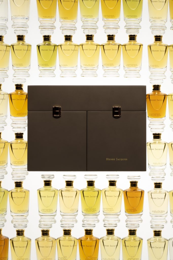 تتوفّر صناديق العطور Les Boites à Parfums بأربعة ألوان: الوردي