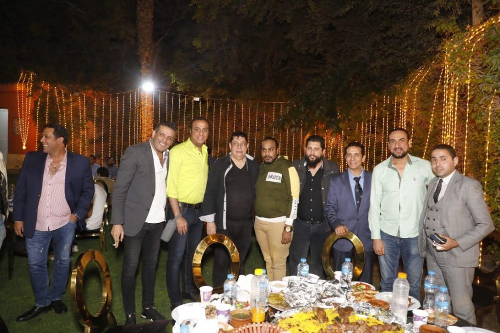 التقط الحاضرون الصور التذكارية مع عمرو فهمى وشكروه على كرم الضيافة وحسن الاستقبال