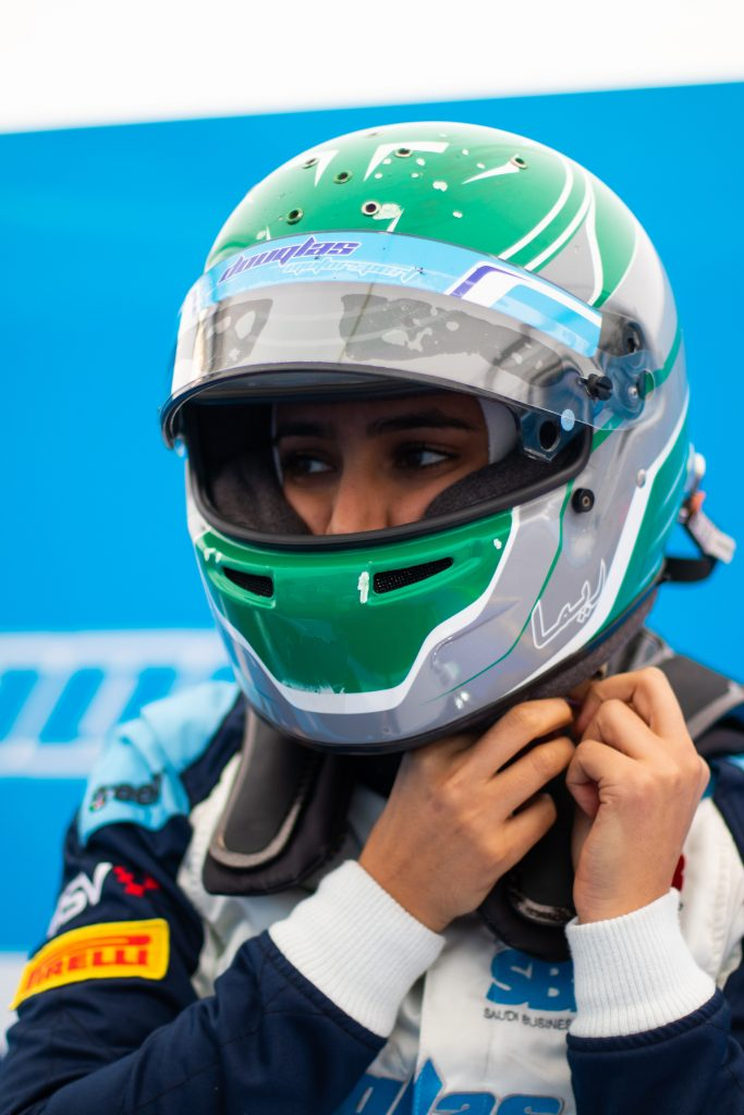 نجمة سباقات السيارات السعودية ريما الجفالي تسطر نجاحاً كبيراً في البطولات الاحترافية