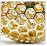يسمح هيكله المصمّم على شكل قرص العسل للضوء بالمرور بهدوء عبر الحجر