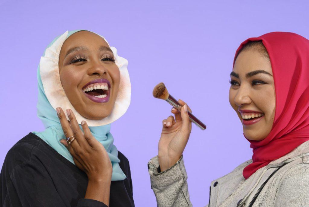 واقي الحجاب من بقع المكياج ومنتجات البشرة أداة أساسية لخبيرات التجميل