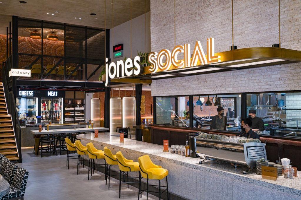 جونز سوشيال مطعم مفعم بالألفة مستوحى من شغف السفر يقدّم أشهى مأكولات المطابخ العالمية المطهوّة على النار في الهواء الطلق ويقع في ردهة فندق ميلينيوم المطار دبي