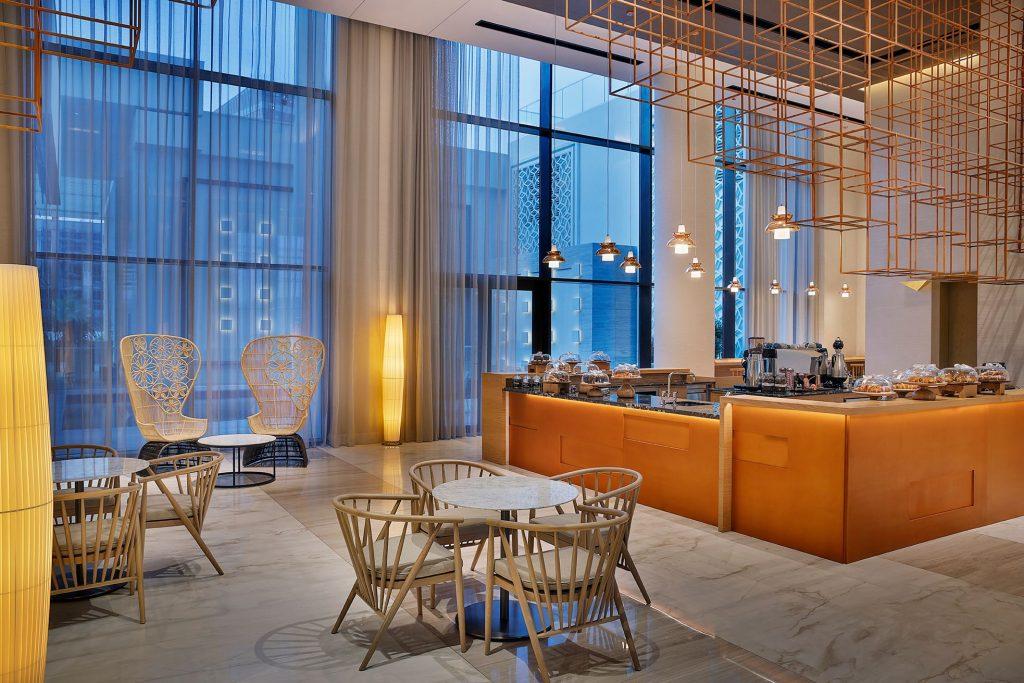 يمكن للضيوف الاستمتاع بمنظر الغروب الخلاب في ياس باي بينما يتناولون تشكيلة من الأطباق الخفيفة والمشروبات بأسعار تبدأ من 21 درهماً إماراتياً فقط