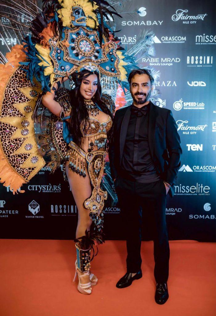 معها وصيفتها الأولى Maria Del Mare Aguilera Zuheros التي سبق وحملت لقب ملكة جمال إسبانيا للعام 2019