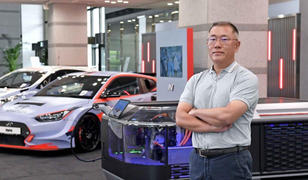"""لدوره المهم في تطوير المجموعة؛ رئيس مجموعة هيونداي موتور يفوز بكأس إيسيجونيس 2021 من """"أوتوكار"""""""