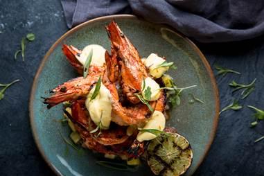 طبق Soft-Shell Crab Sliders  من لحم السلطعون الطري مع صلصة المانجو والتوجاراشي والبابريكا المدخنة وصلصة سيراتشا والمايونيز بالليمون
