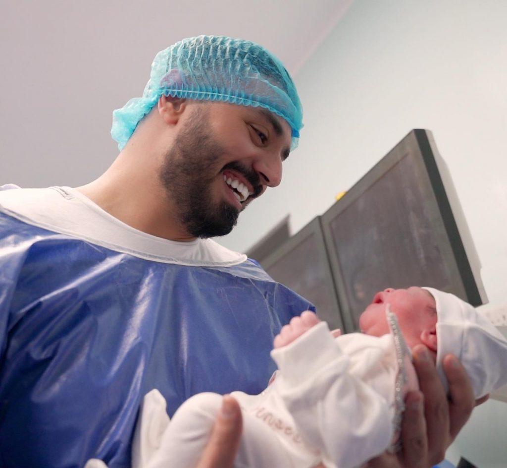 حرصت شهد الشمري على توثيق لحظات ولادتها واستقبال مولودتها ناي داخل غرفة الولادة،