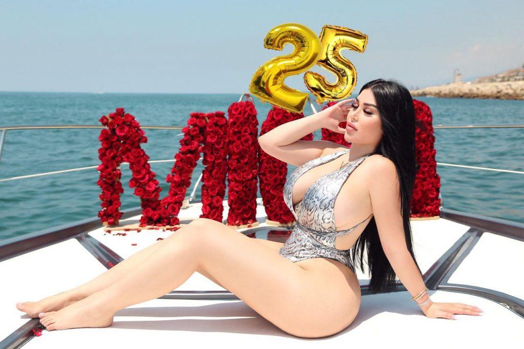 ميشا منسا تحتفل بعيد ميلادها على اليخت في بيروت