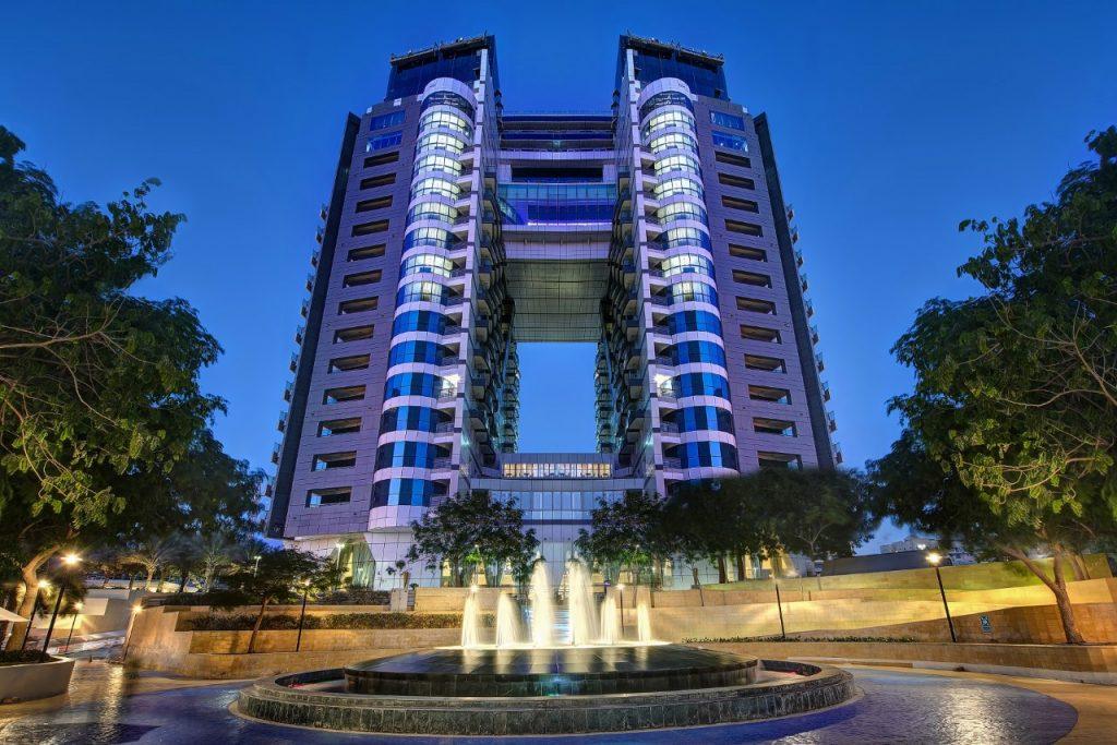 يضم الفندق 4 مطاعم ومقاهي عالمية ليتمكن المقيمين من تجربة النكهات العالمية الأصيلة