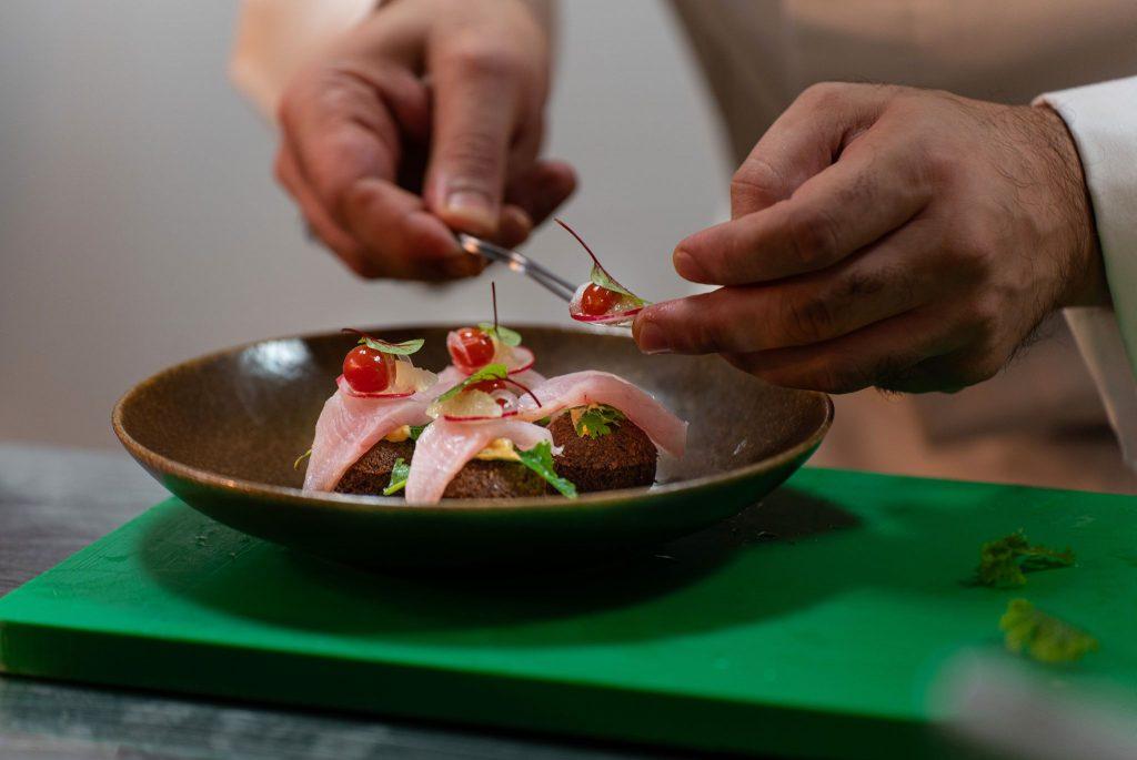 """جرى اختيار الأطباق في قائمة """"نماء دولة الإمارات"""" من قبل نخبة الطهاة الموهوبين في فنادق هيلتون، والذين استوحوا الإلهام في تلك الأطباق من المطبخ الإماراتي العريق"""
