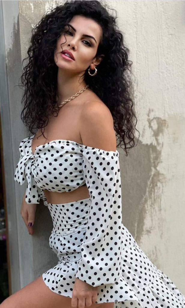 فضلت الإشراف بنفسها على إطلالتها وأوضحت الفنانة اللبنانية أنها تلقت أكثر من مشروع لأكثر من سيناريو للتلفزيون والسينما