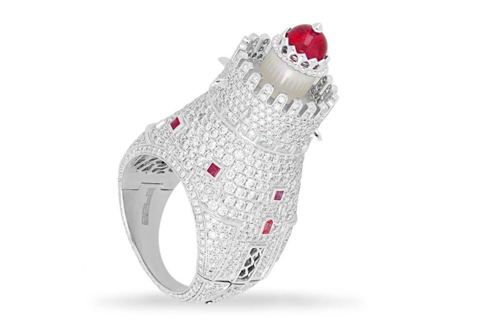يمثل الخاتم المطلي بالبلاتين، والمرصع بأكثر من 400 حجر من الألماس والأحجار الكريمة الملونة