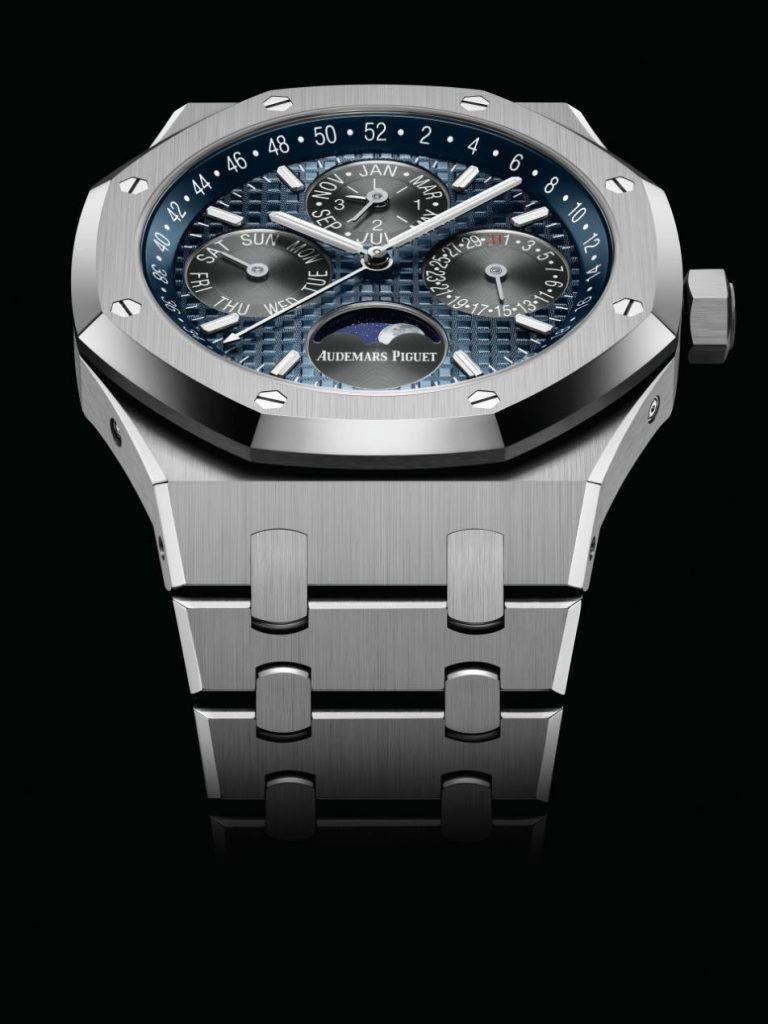 """ساعة """"رويال أوك بيربتشوال كالِندَر"""" الجديدة. من التيتانيوم"""